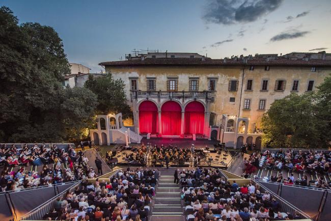Мероприятие проходило на открытом воздухе в саду красивейшего особняка во Флоренции, принадлежащего одной из старейших семей Италии